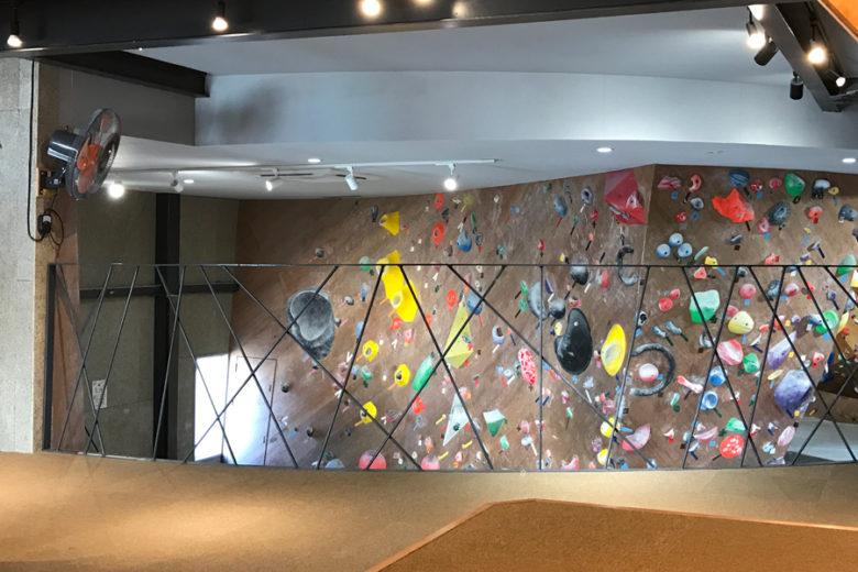 小上がりレストスペースからのスラブ壁